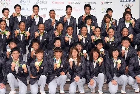 メダルを掲げるリオデジャネイロ五輪のメダリストたち=東京都港区で2016年8月24日午後5時16分、喜屋武真之介撮影