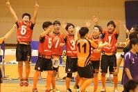 関西大会で優勝し、喜び合う選手ら