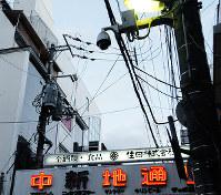 広島市内の繁華街に設置されている防犯カメラ=広島市中区で、東久保逸夫撮影