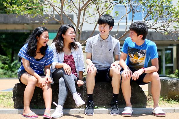 キャンパスで談笑する大学生=森田剛史撮影