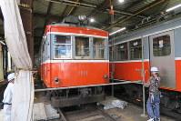 来年2月の引退を前に色を塗り替える110号車両=小田原市入生田の車庫で