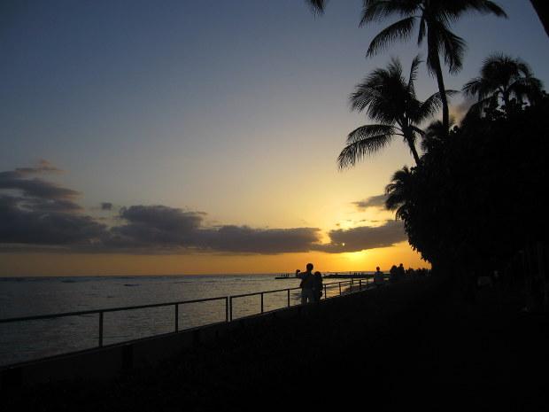 ハワイ・ワイキキビーチの夕暮れ=河出卓郎撮影
