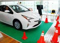 参加者が運転席から死角を体験した交通安全教室=大阪市福島区の大阪トヨタ福島店で、千脇康平撮影