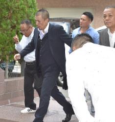 会合に向かう神戸山口組の幹部ら=神戸市中央区で2016年8月27日午前10時59分