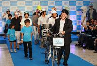 カラフルに彩った自慢のヘルメットで登場する親子ら=大阪市北区のグランフロント大阪で、大道寺峰子撮影
