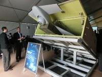 国際会議で展示されたイスラエル製の無人攻撃機「ハロップ」。ひとたび発射されると、自動で指定地域内の「標的」を見つけ、突撃して自爆する=テルアビブで2014年11月、大治朋子撮影