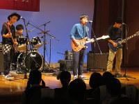 バンド演奏し会場を盛り上げた筑前高校の生徒たち