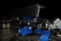 大型トレーラーに追突し、積み荷のドラム缶が散乱した大型トラック=静岡県焼津市の東名高速道路上り線で、県警提供