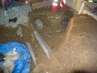 汚染土を取り出す作業中の大槻さん宅。中央上は玄関ポーチ、右上の雨どい辺りは浴室で、それらの下に汚染土入りのフレコンバッグが潜り込んでおり、取り出すことができなかった=福島市内で2015年10月21日、大槻さん提供