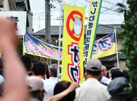 アレフの教団施設の立ち退きを求めて付近を行進する地元住民ら=滋賀県甲賀市水口町で