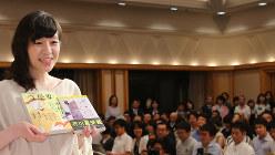 芥川賞受賞の記者会見で撮影に応じる「コンビニ人間」の著者、村田沙耶香さん=2016年7月19日、長谷川直亮撮影