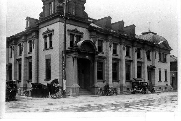 広島市水主町(現在の加古町)にあった日本銀行広島支店。今は現存していない=1934年撮影