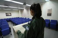 2014年夏のパレスチナ自治区ガザ地区での戦闘中に起きたという「誤爆」について語ったシーア指揮官。名字や顔が見える写真の報道は、軍により禁じられた=イスラエル中部パルマヒムにある空軍基地で2015年1月、大治朋子撮影