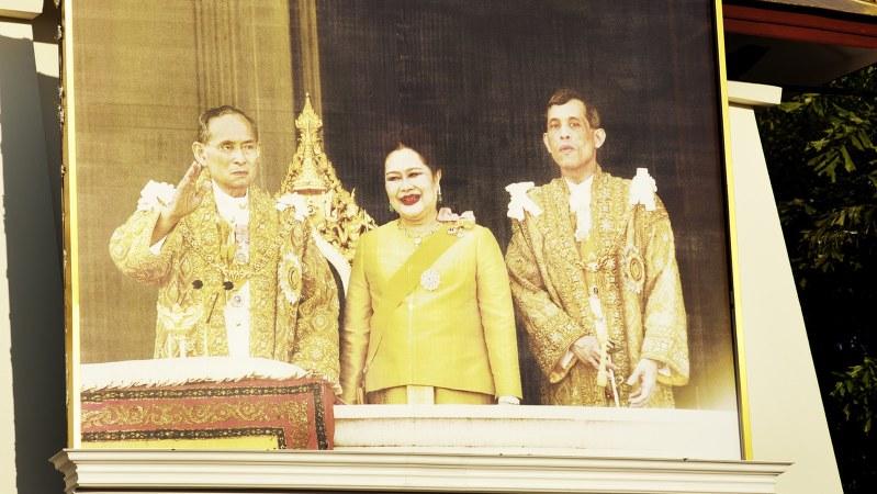 街中に設置されたプミポン国王(左)とワチラーロンコーン皇太子(右)、シリキット王妃の写真