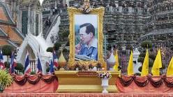 プミポン国王の誕生日を祝うために設置された祭壇