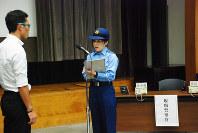 被害者役から状況を聞き取る現場の警察官役(右)=千代田区で