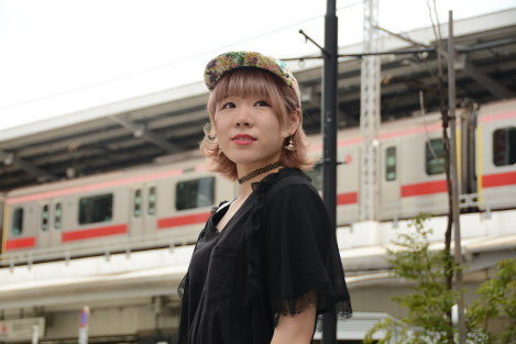 「お兄ちゃん。私、頑張っているよ」。吉田那奈さんは東京で美容師として歩み出している=東京都目黒区で