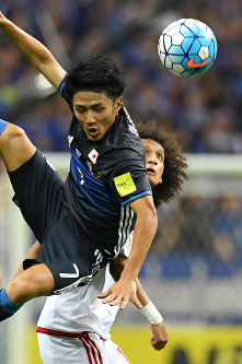 【日本―UAE】前半、UAEのO・アブドゥルラフマン(右)と競り合う大島=埼玉スタジアムで2016年9月1日、宮間俊樹撮影