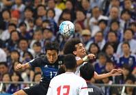 【日本―UAE】前半、UAEのO・アブドゥルラフマン(右)と競り合う長谷部=埼玉スタジアムで2016年9月1日、宮間俊樹撮影