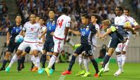 【日本―UAE】前半、右FKのボールに頭で合わせ本田(右端)が先制ゴールを決める=埼玉スタジアムで2016年9月1日、長谷川直亮撮影