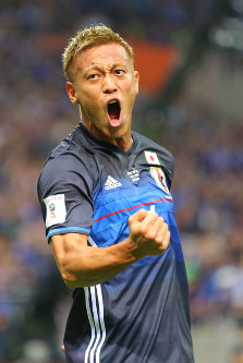 【日本―UAE】前半、先制ゴールを決めて雄たけびを上げる本田=埼玉スタジアムで2016年9月1日、長谷川直亮撮影