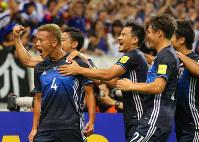 【日本―UAE】前半、先制ゴールを決めてチームメートに祝福される本田(左端)=埼玉スタジアムで2016年9月1日、長谷川直亮撮影