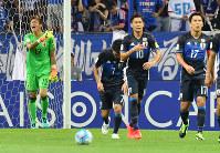 【日本―UAE】前半、UAEに同点ゴールを決められたGK西川(左奥)=埼玉スタジアムで2016年9月1日、宮間俊樹撮影