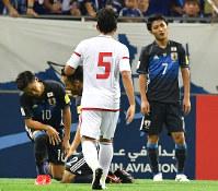 【日本―UAE】後半、ペナルティエリア内で大島(右)がファウルをとられUAEに逆転を許すPKを与える=埼玉スタジアムで2016年9月1日、宮間俊樹撮影