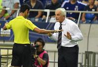 【日本―UAE】後半、主審に不服を訴えるハリルホジッチ監督(右)=埼玉スタジアムで2016年9月1日、宮間俊樹撮影