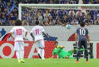 【日本―UAE】後半、UAEのハリル(左から2人目)にPKを決められるGK西川(右から2人目)=埼玉スタジアムで2016年9月1日、長谷川直亮撮影