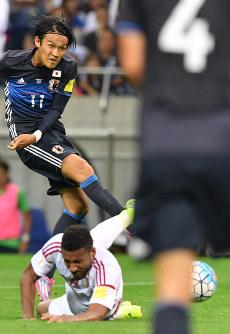 【日本―UAE】後半、シュートを放つも相手選手にブロックされる宇佐美(左奥)=埼玉スタジアムで2016年9月1日、宮間俊樹撮影