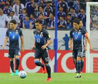 【日本―UAE】後半、UAEにPKを決められ、うなだれる香川(中央)ら=埼玉スタジアムで2016年9月1日、長谷川直亮撮影