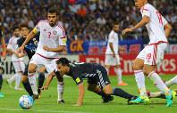 【日本―UAE】後半、ゴール前で倒される岡崎(中央)=埼玉スタジアムで2016年9月1日、長谷川直亮撮影