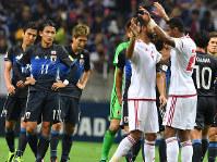 【日本―UAE】最終予選の初戦をUAEに逆転負けしピッチを引き上げる日本代表の選手たち=埼玉スタジアムで2016年9月1日、宮間俊樹撮影