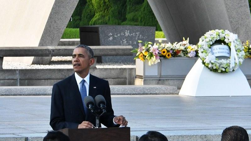 平和記念公園で演説するオバマ米大統領。後方は原爆慰霊碑=2016年5月27日、代表撮影