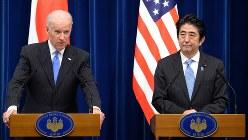 バイデン副大統領(左)と安倍晋三首相=2013年12月3日、藤井太郎撮影