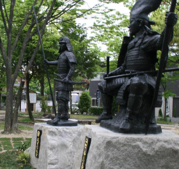 桶狭間古戦場公園に設置された今川義元(右)と織田信長の銅像=2010年5月10日撮影