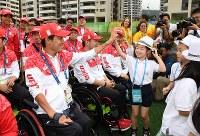 入村式を終え、現地の日本人学校の生徒たちとハイタッチするリオデジャネイロ・パラリンピック日本代表の選手たち=リオデジャネイロで2016年9月2日午前10時5分、徳野仁子撮影