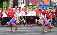 入村式で、歓迎のダンスに迎えられるリオデジャネイロ・パラリンピック日本代表選手団=リオデジャネイロで2016年9月2日午前9時55分、徳野仁子撮影