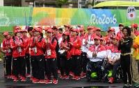 入村式で拍手をするリオデジャネイロ・パラリンピック日本代表選手団=リオデジャネイロで2016年9月2日午前9時37分、徳野仁子撮影