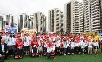 入村式を終え、現地の日本人学校の生徒たちとガッツポーズで記念撮影するリオデジャネイロ・パラリンピック日本代表の選手たち=リオデジャネイロで2016年9月2日午前10時4分、徳野仁子撮影