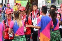 入村式で、出迎えた人たちと手を合わせるリオデジャネイロ・パラリンピック日本代表の選手たち=リオデジャネイロで2016年9月2日午前9時59分、徳野仁子撮影