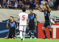 【日本―UAE】後半、ペナルティエリア内で大島(中央)がファウルをとられUAEに同点につながるPKを与える=埼玉スタジアムで2016年9月1日、宮間俊樹撮影