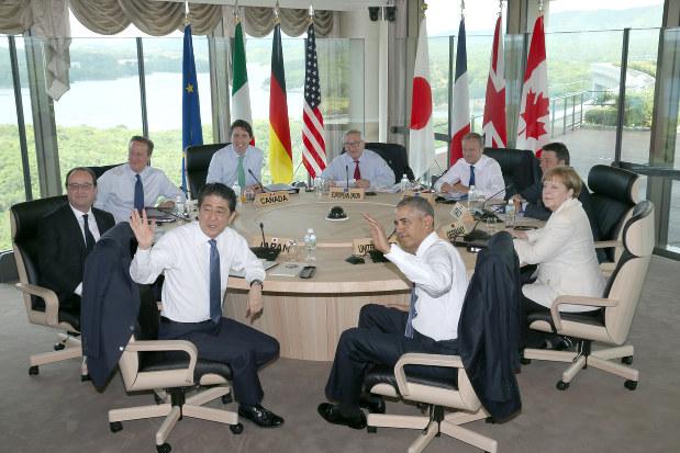 G7サミット・ワーキングセッションに臨む安倍晋三首相(手前左)、バラク・オバマ米大統領(同右)ら=三重県志摩市で2016年5月27日午前9時18分(代表撮影)