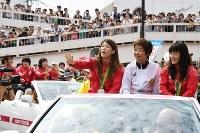祝勝パレードで沿道の声援に応える吉田沙保里選手(前列左)、登坂絵莉選手(前列右)ら=愛知県大府市で2016年9月3日午前9時35分、木葉健二撮影