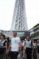 日本語が話せない外国人の避難誘導を想定して行われた訓練=東京都墨田区の東京スカイツリーで2016年9月4日午前9時14分、宮武祐希撮影