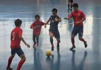 ボールを奪い合う日本と韓国チームの選手=名古屋市港区のテバオーシャンアリーナで