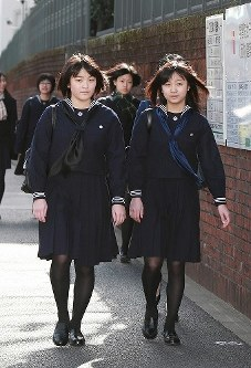学習院女子高等科と中等科の卒業式に向かう秋篠宮眞子さま(左)と佳子さま=東京都新宿区で2010年3月22日(代表撮影)
