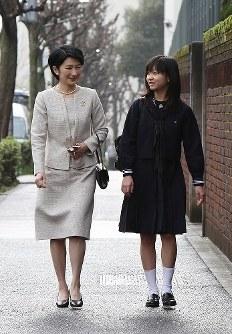 紀子さまに付き添われ、学習院女子高等科の入学式に向かう佳子さま=東京都新宿区で2010年4月6日午前7時31分(代表撮影)