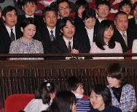 「日本列島 いきものたちの物語」試写会の席に着く秋篠宮ご夫妻と佳子さま=東京都千代田区の有楽町朝日ホールで2012年1月25日午後4時59分(代表撮影)